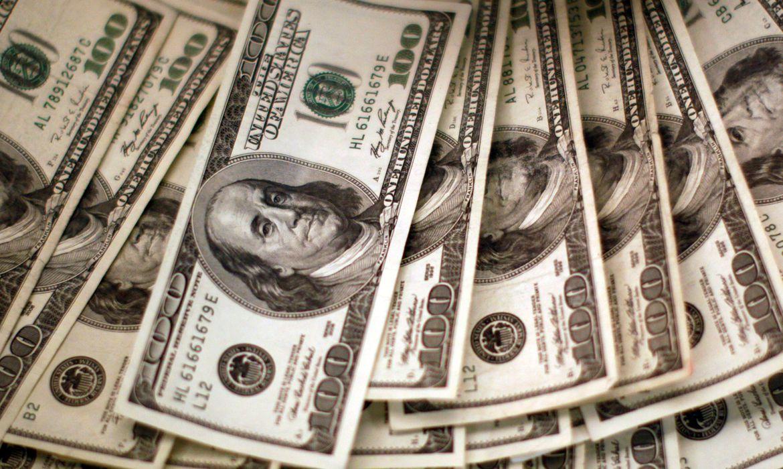 dolar-fecha-em-alta,-cotado-a-r$-5,24-nesta-segunda-feira