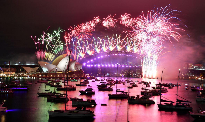 fogos-de-artificio-explodem-no-alto-de-ruas-vazias,-na-australia