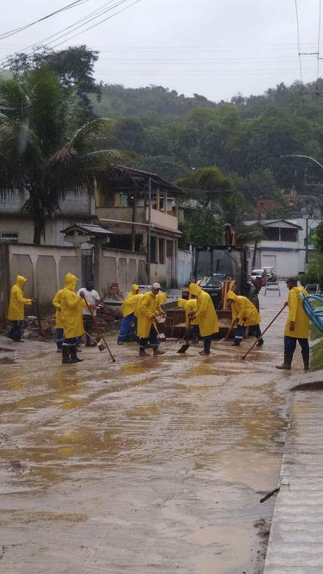 rio:-familias-afetadas-por-chuvas-na-baixada-recebem-ajuda-humanitaria