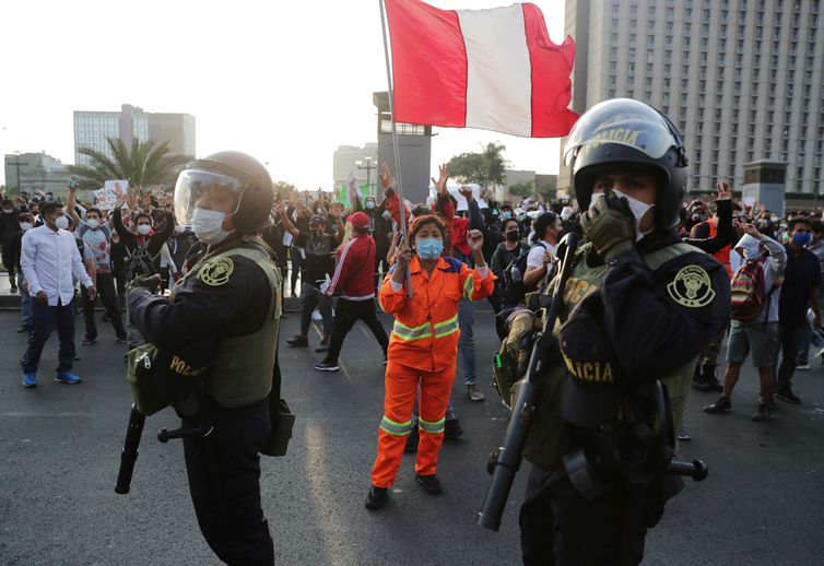 presidente-interino-do-peru-pede-calma-em-meio-a-escalada-de-protestos