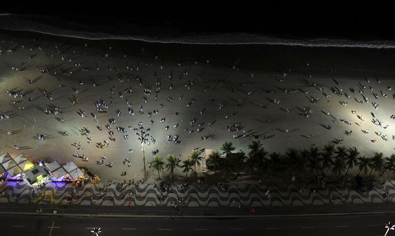 sem-festa-oficial,-praia-de-copacabana-fica-vazia-na-noite-da-virada