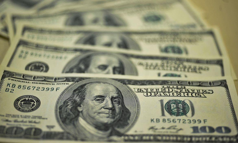 dolar-inicia-ano-em-forte-alta-e-fecha-a-r$-5,26
