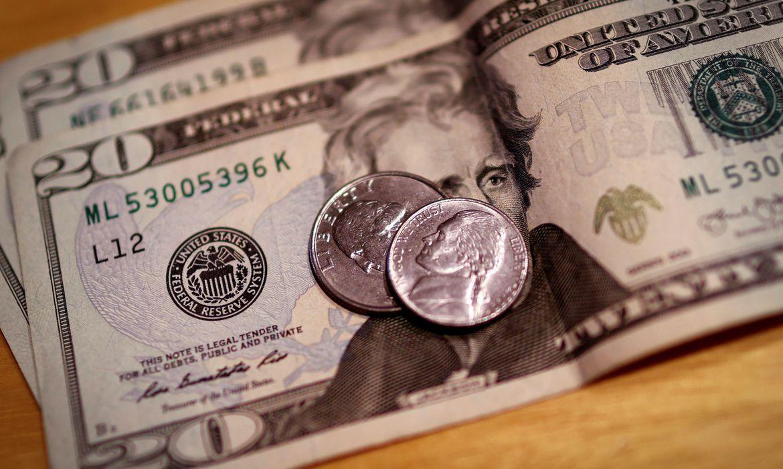 dolar-tem-dia-de-volatilidade-com-feriado-nos-eua,-mas-fecha-estavel