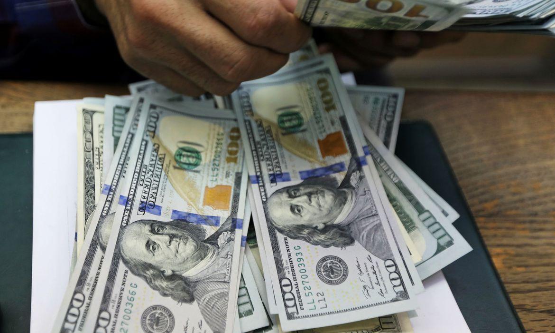 dolar-encosta-em-r$-5,45-com-tensoes-no-brasil-e-no-exterior