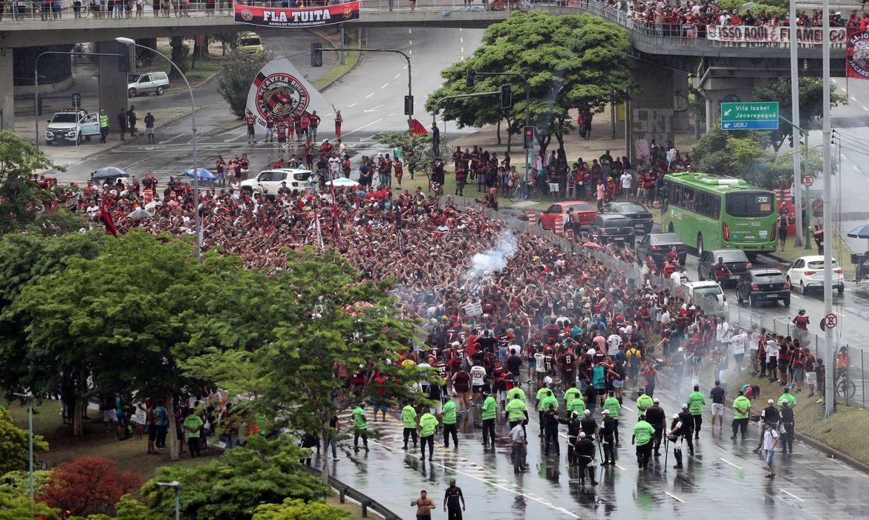 pm-dispersa-torcedores-que-se-aglomeravam-no-entorno-do-maracana