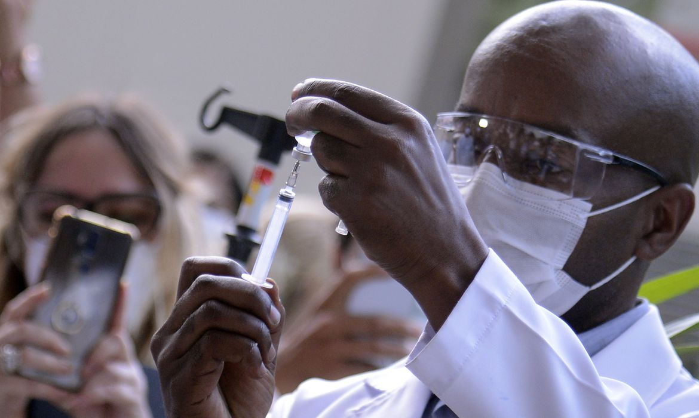 novas-doses-da-vacina-da-india-ja-estao-na-fiocruz