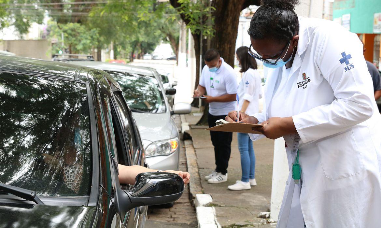 covid-19:-vacinacao-drive-thru-em-sao-paulo-continua-hoje-ate-as-19h