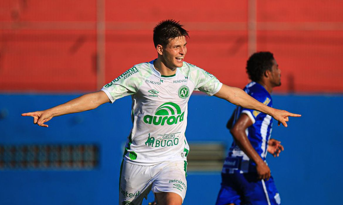 chapecoense-vence-avai-e-assume-lideranca-do-catarinense