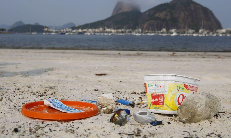 estudo-mostra-que-70%-dos-residuos-do-mar-brasileiro-sao-plastico