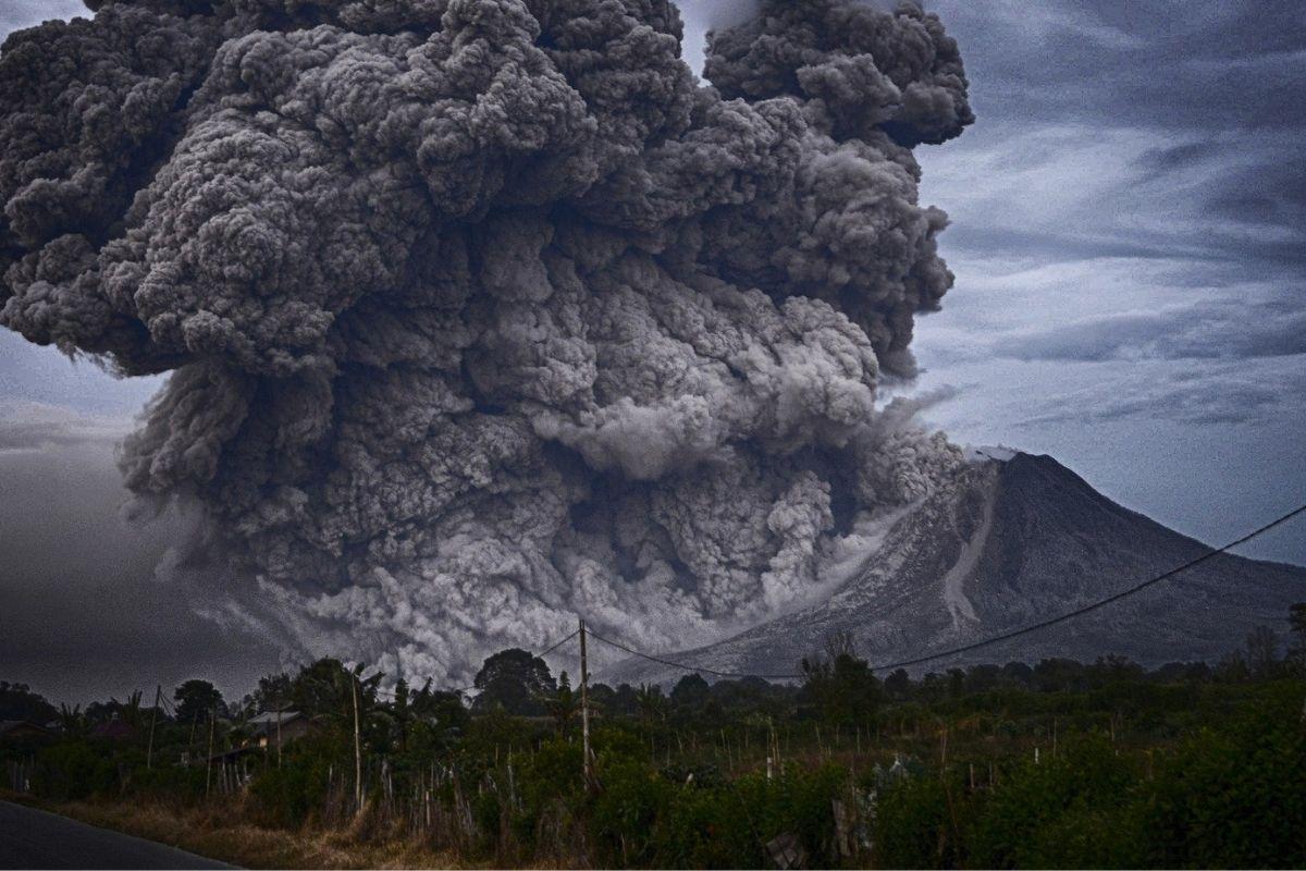 Cinzas de vulcão escurecem céu e cobrem cidades do Equador