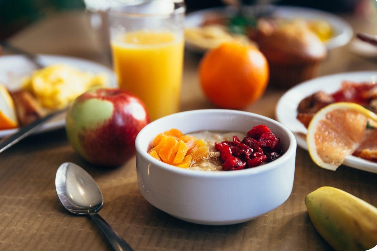 A importância do café da manhã reforçado na rotina alimentar