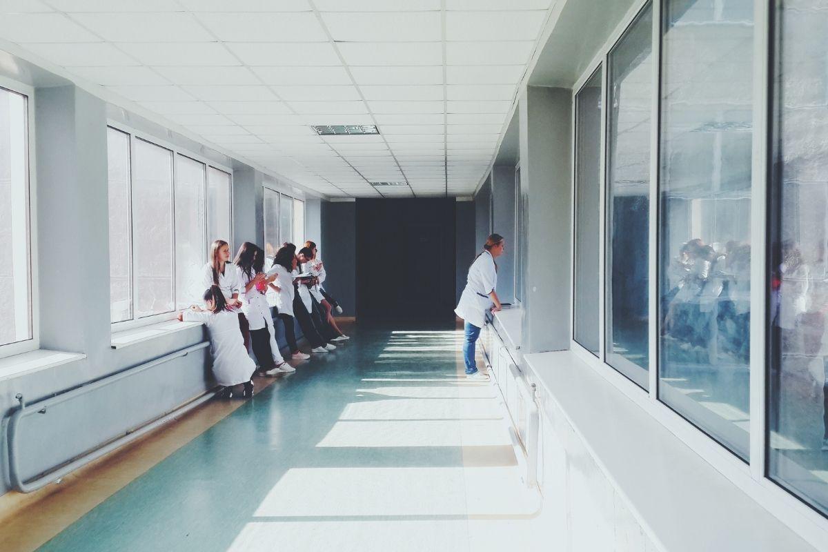 Voluntários em hospitais se reinventam durante pandemia