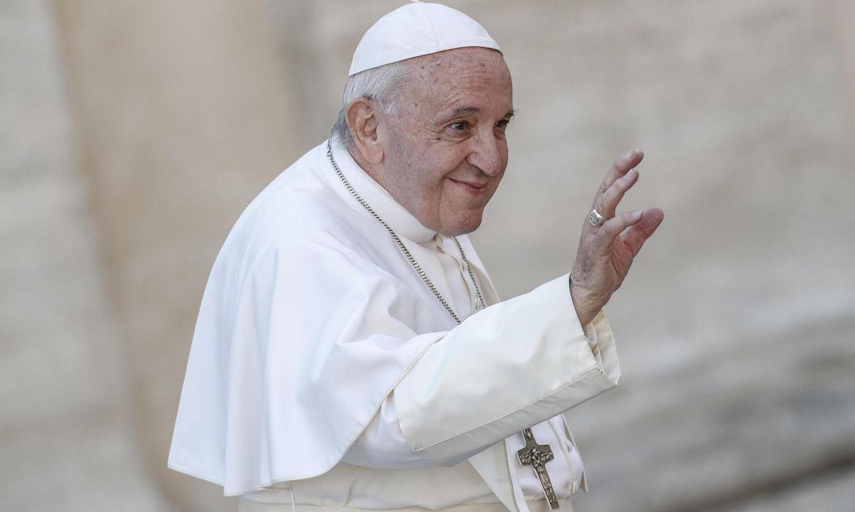 papa-encontra-pessoas-carentes-que-recebem-vacina-no-vaticano