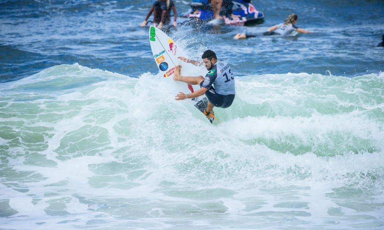 circuito-mundial-de-surfe:-adriano-de-souza-avanca-em-newcastle