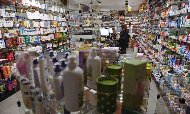 covid-19:-farmaceuticas-levam-multa-por-vender-remedio-acima-do-preco