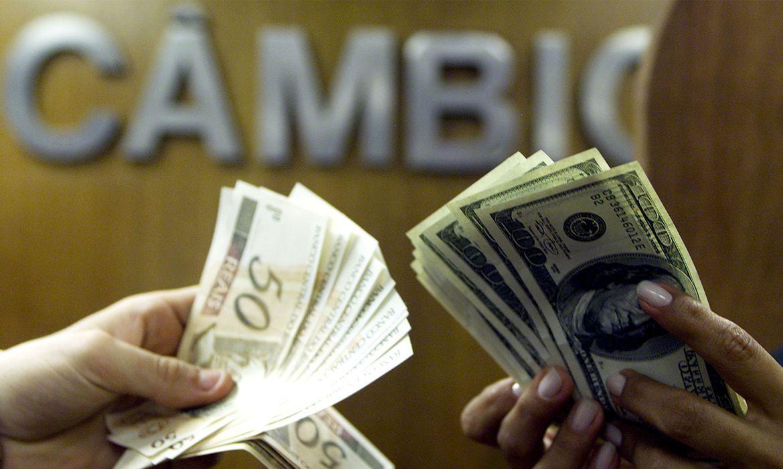dolar-fecha-abaixo-de-r$-5,70-com-alivio-no-exterior