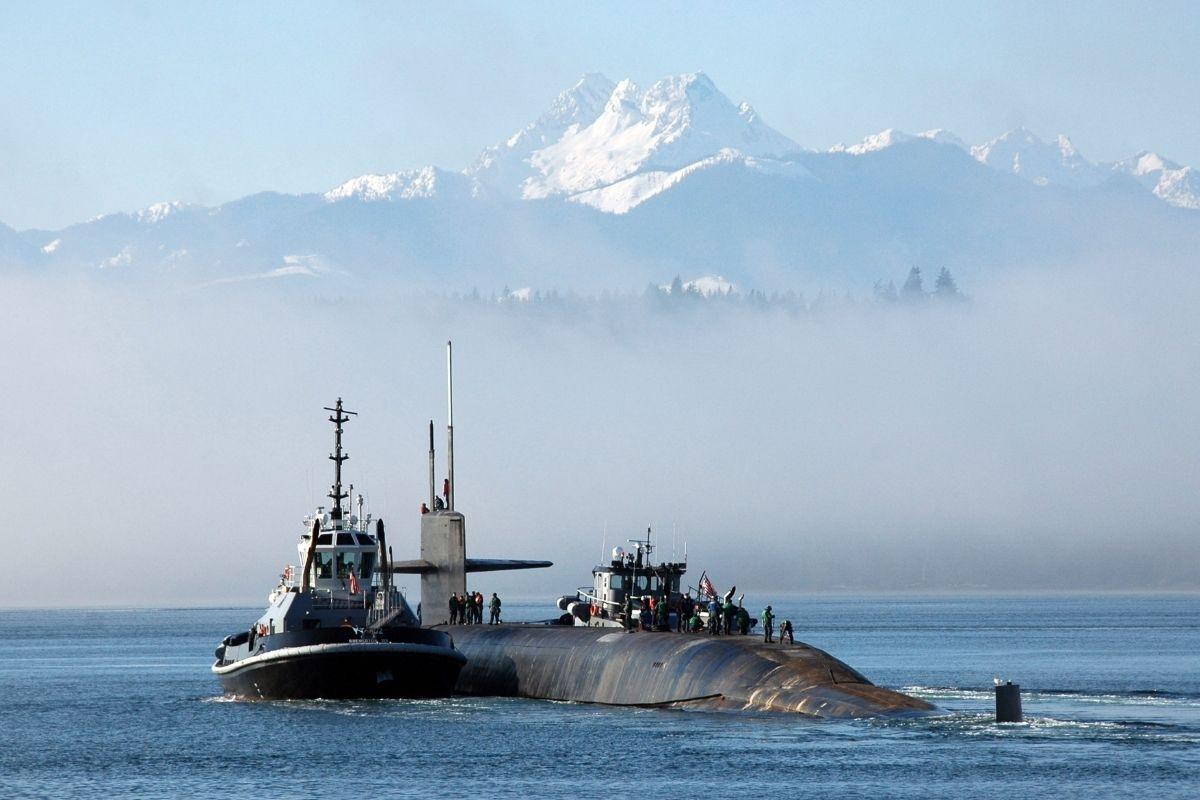 Busca por submarino indonésio desaparecido mostra derramamento de óleo