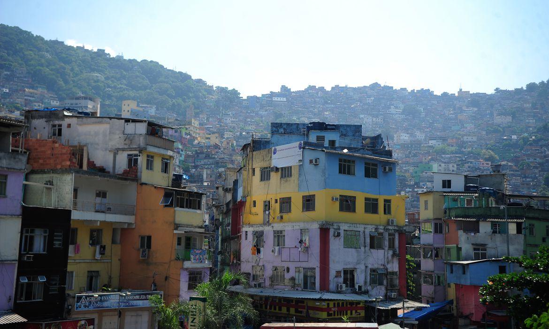maes-em-favelas-tem-pouco-tempo-para-cuidarde-criancas-na-pandemia