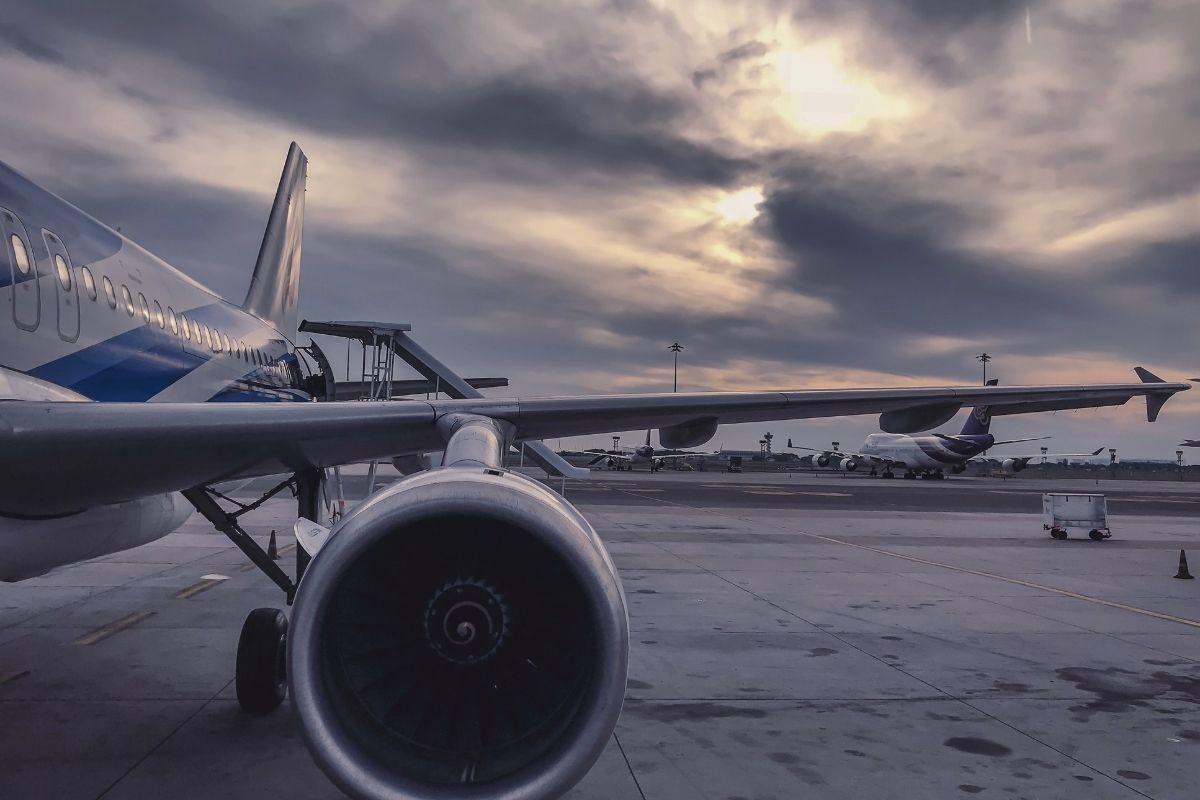 Avião cargueiro sai da pista em pouso em Guarulhos