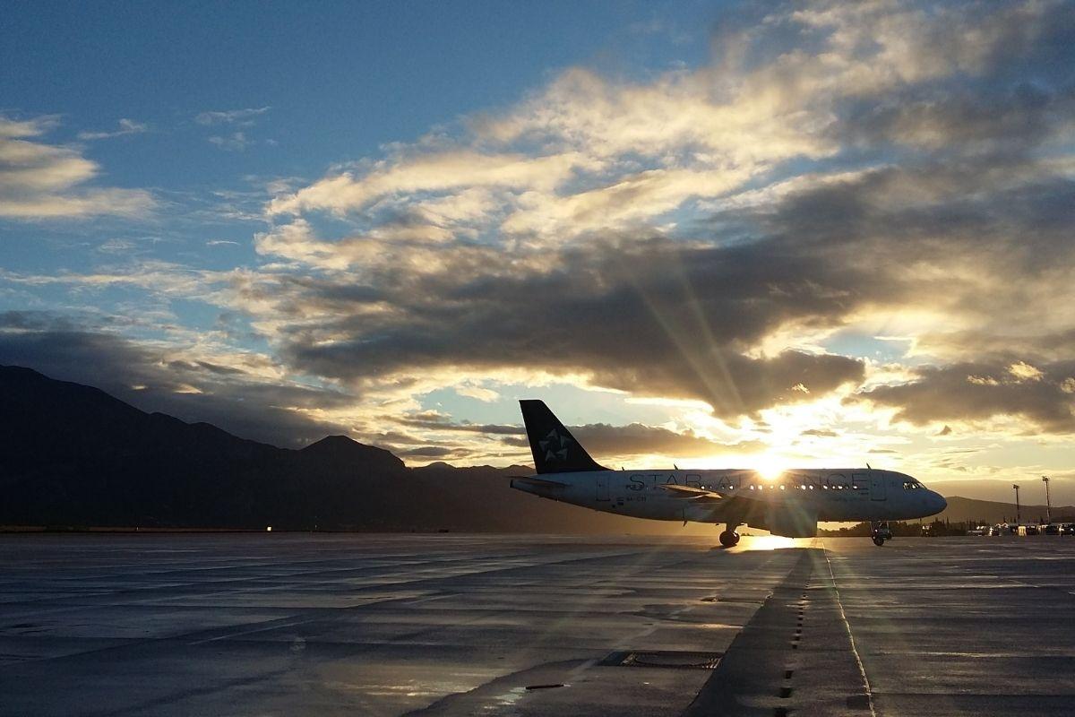 Avião com 106 brasileiros deportados do EUA pousa hoje em BH