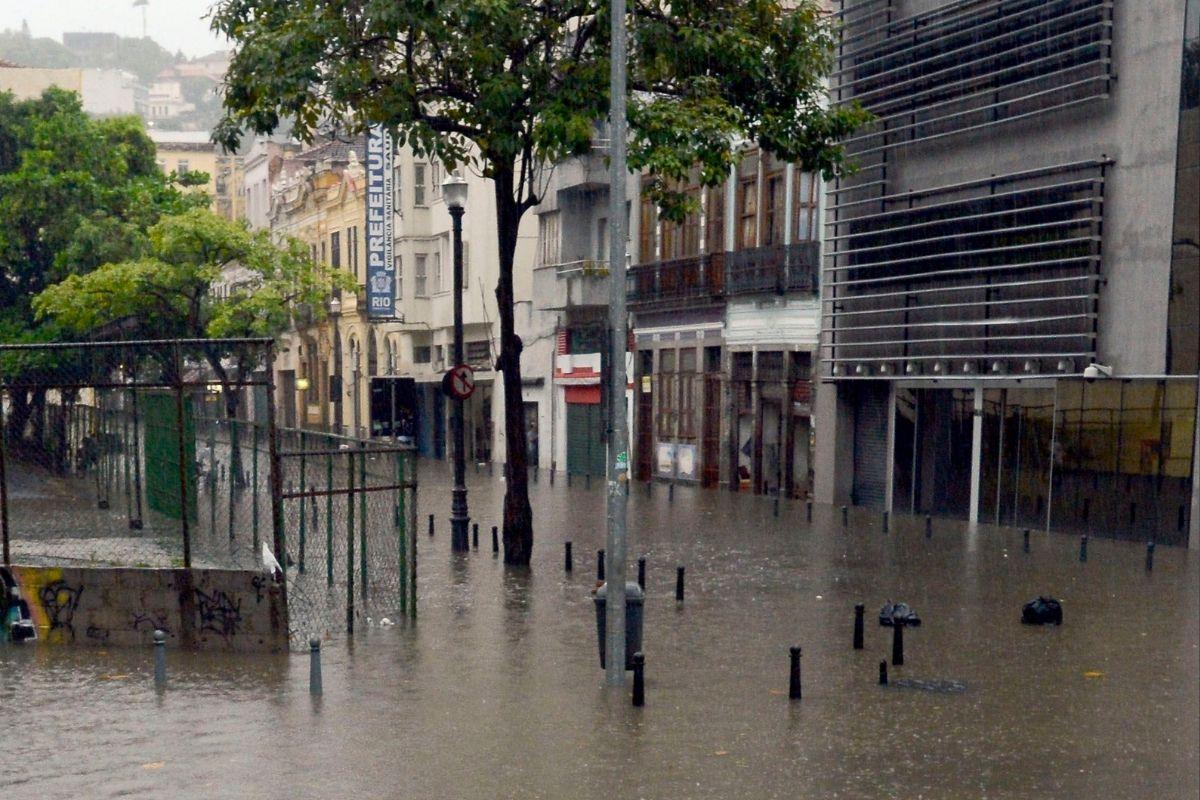 Chuva forte deixa uma pessoa morta em São Gonçalo