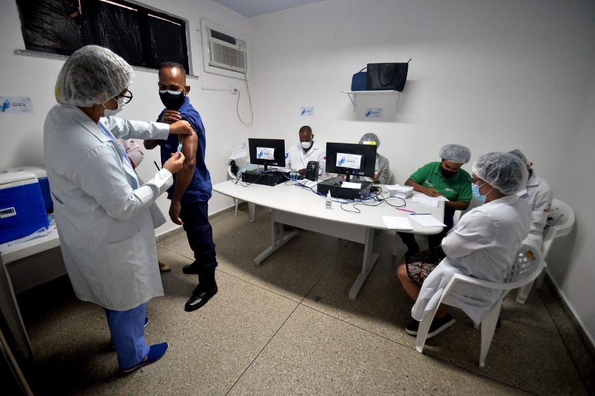 Rio libera vacinados contra covid-19 a visitar pacientes internados