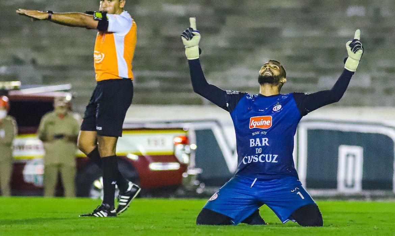 goleiro-brilha-nos-penaltis-e-poe-campinense-na-final-do-paraibano