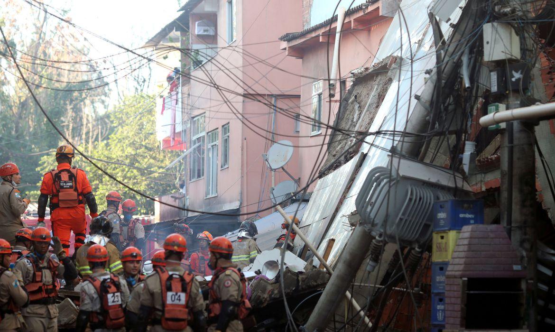bombeiros-resgatam-crianca-sem-vida-de-escombros-do-desabamento-no-rio