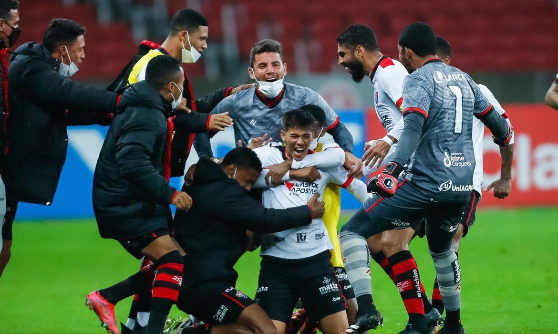 copa-do-brasil:-vitoria-supera-inter-no-beira-rio-e-avanca-as-oitavas