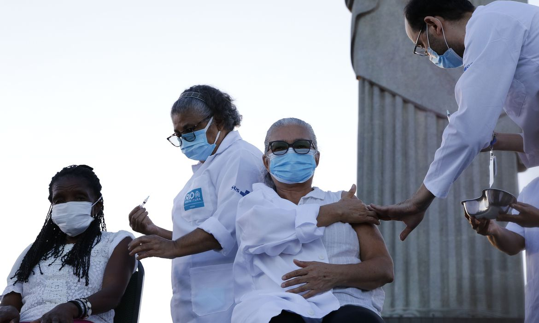 rio-de-janeiro-completa-50%-de-pessoas-maiores-de-18-anos-ja-vacinadas
