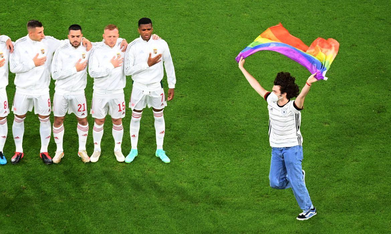 euro:-alemaes-erguem-bandeiras-do-arco-iris-em-partida-contra-hungria
