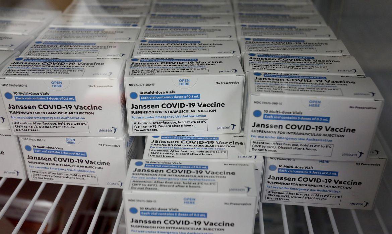 novo-lote-com-300-mil-doses-da-vacina-da-janssen-chega-ao-brasil