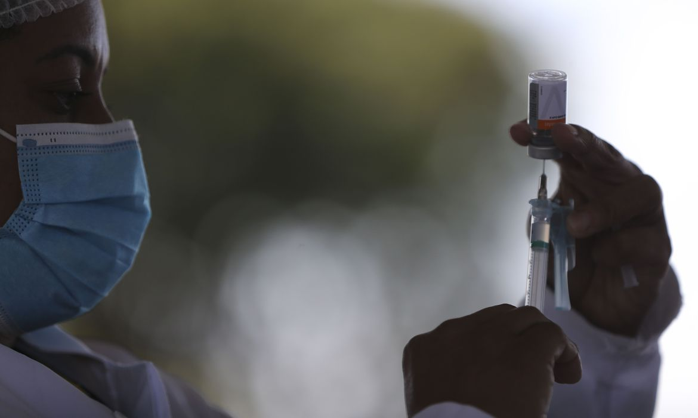 df-comeca-a-vacinar-pessoas-com-46-e-47-anos