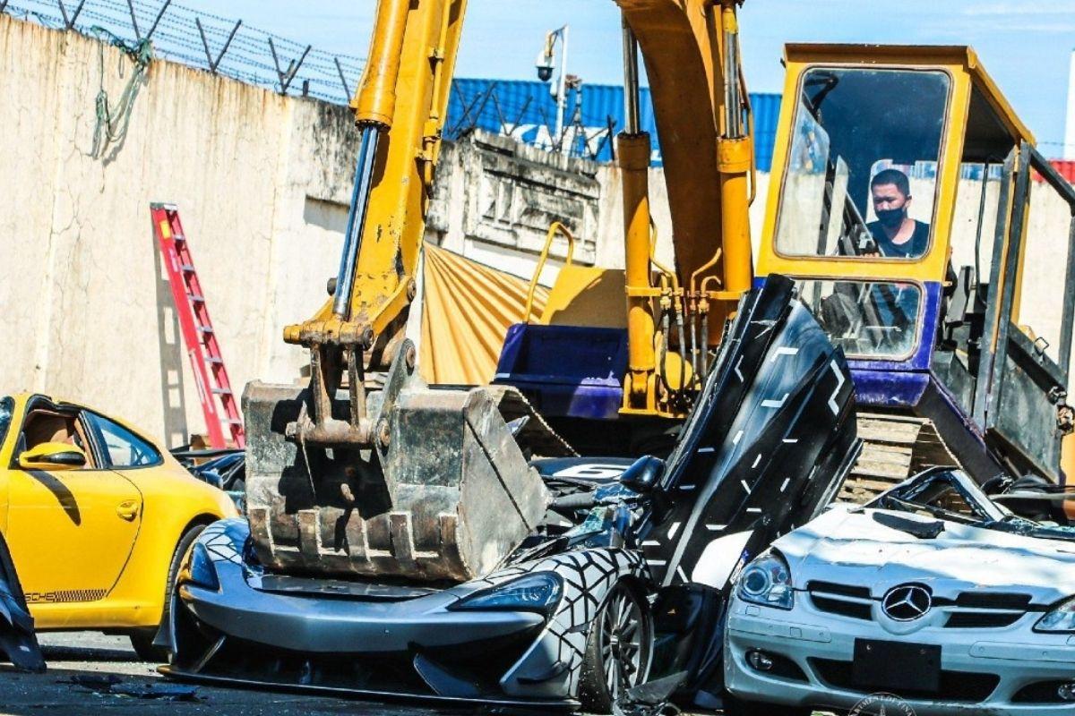 Eles destroem carros de luxo devido à importação ilegal