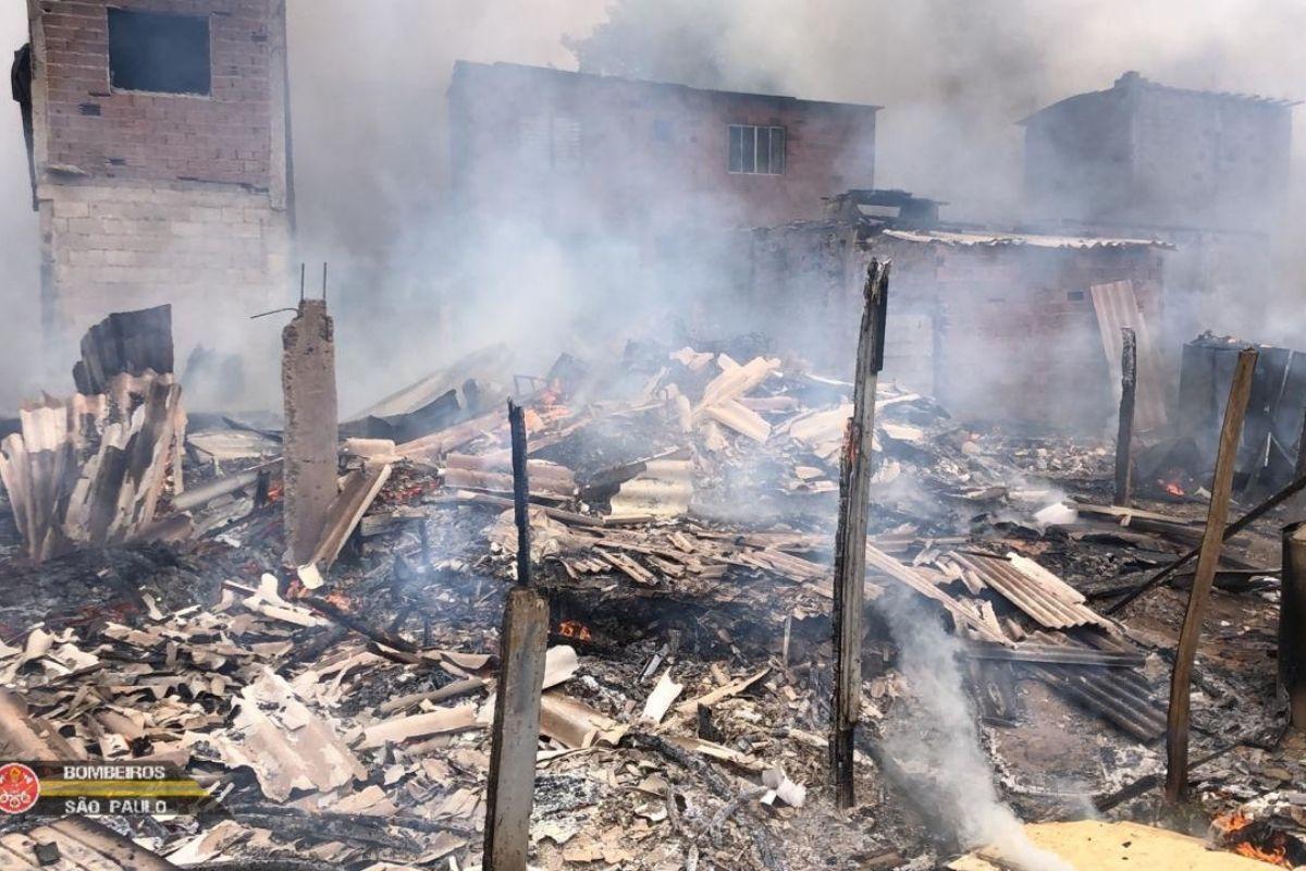 Incêndio destrói 40 barracos em comunidade da Zona Leste de SP