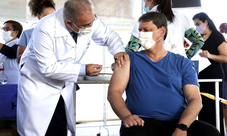 no-df,-queiroga-aplica-vacina-em-tarcisio-de-freitase-andre-mendonca