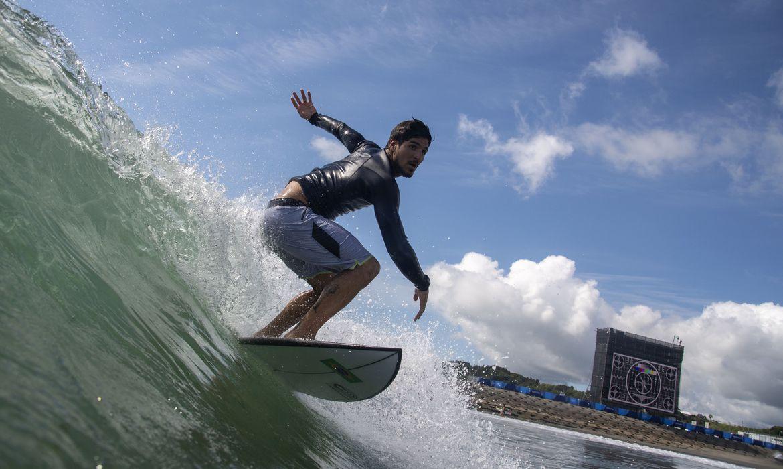 toquio:-alerta-de-tufao-deixa-surfistas-animados-com-ondas-mais-altas