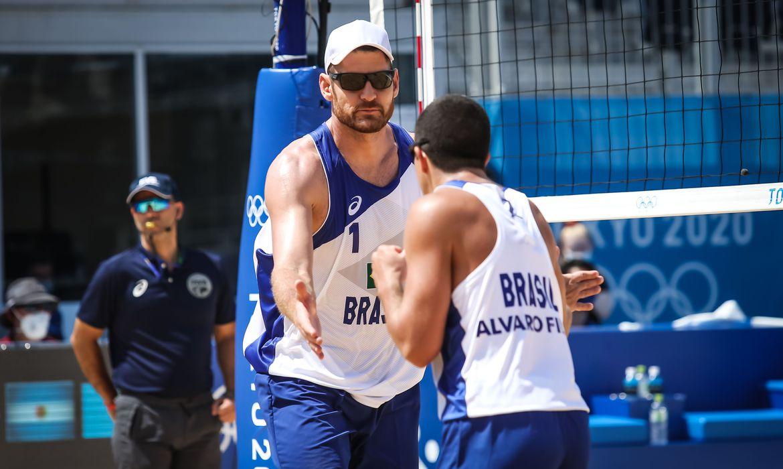 olimpiada:-alison-e-alvaro-filho-vencem-na-estreia-no-volei-de-praia