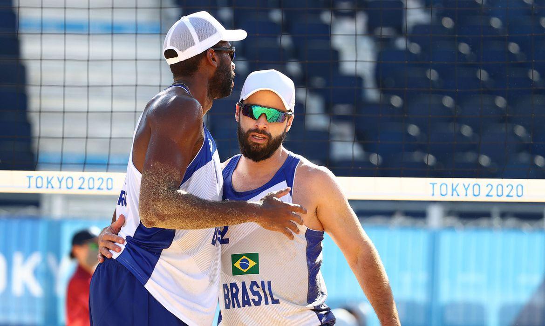 olimpiada:-evandro-e-bruno-schmidt-seguem-invictos-no-volei-de-praia