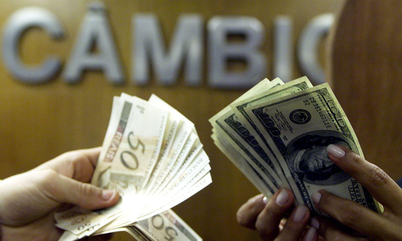 dolar-cai-com-alivio-externo-e-fecha-no-menor-valor-em-duas-semanas