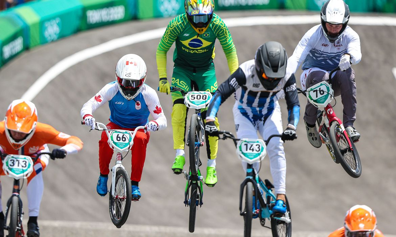 renato-rezende-avanca-as-semifinais-no-ciclismo-bmx-em-toquio