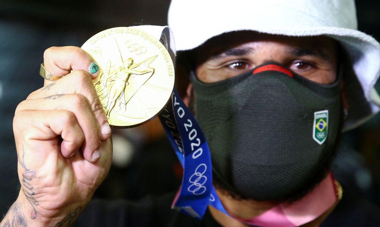 italo-ferreira-chega-ao-brasil-como-primeiro-campeao-olimpico-do-surfe