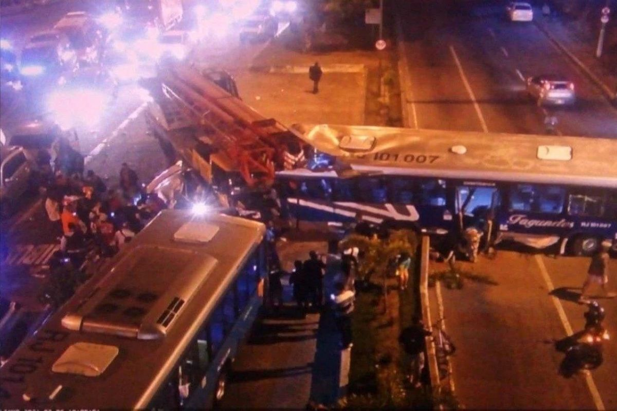 Acidente em Niterói deixa uma pessoa morta e 16 feridas