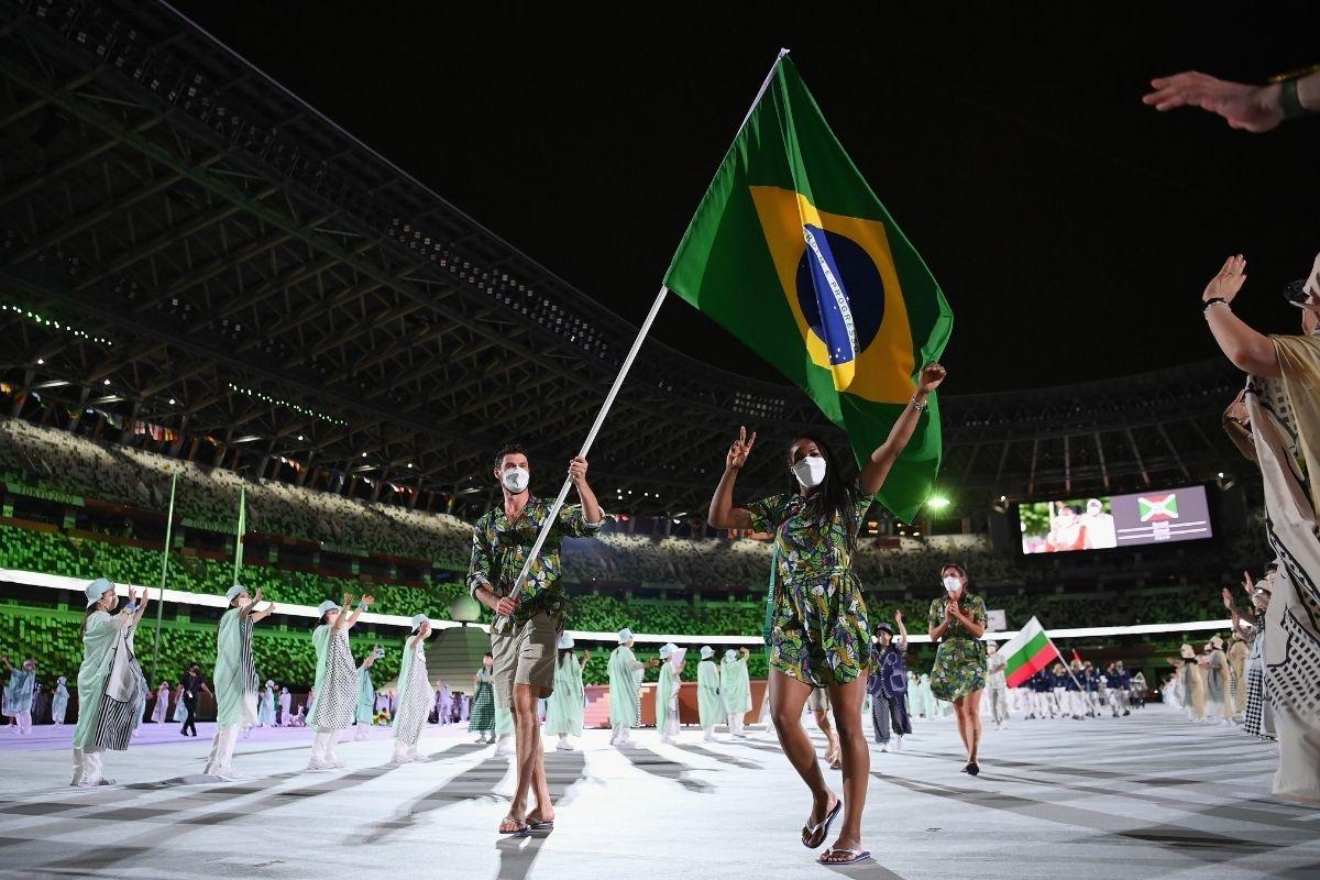 Bruninho e Ketleyn levam bandeira para cerimônia dos Jogos de Tóquio