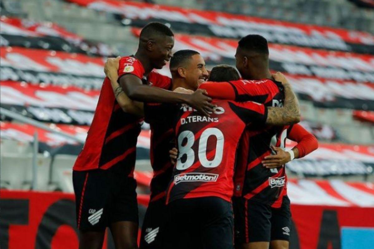 De olho na ponta, Athletico-PR enfrenta o Santos na Vila Belmiro