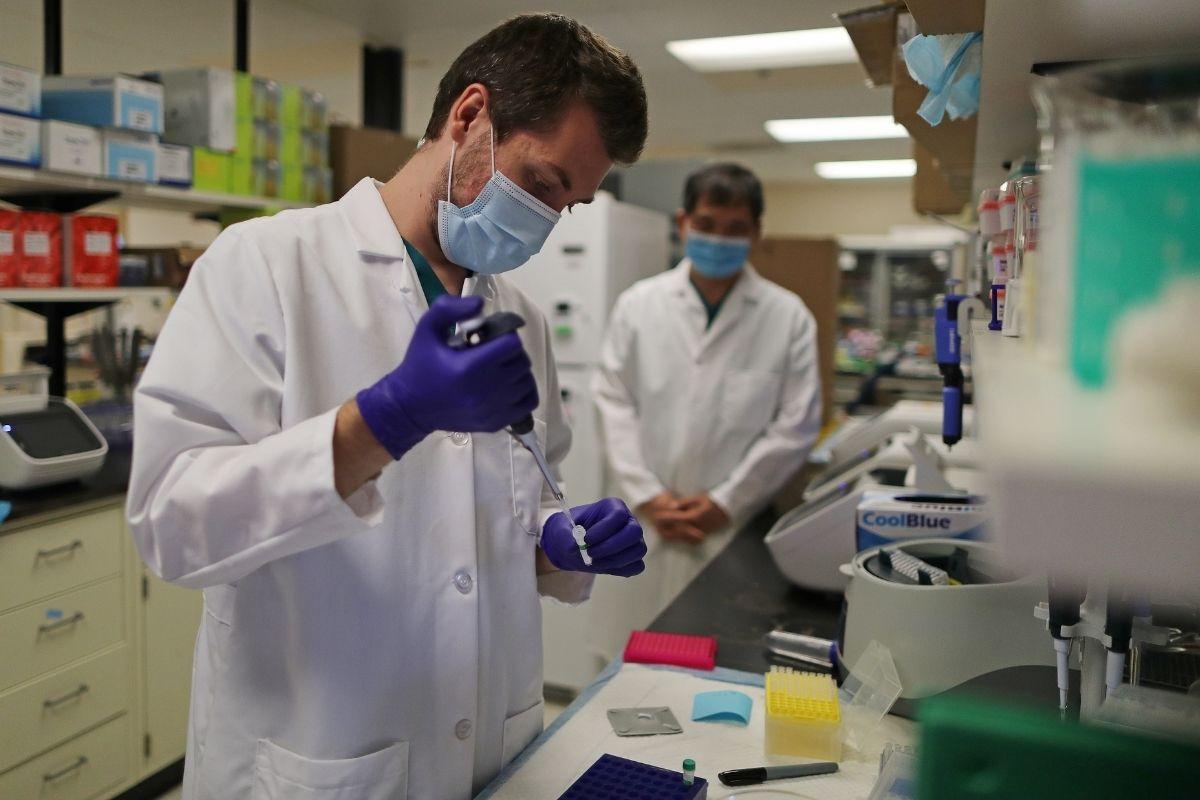 Estudo: anticorpos de quem teve Covid-19 não protegem contra variante