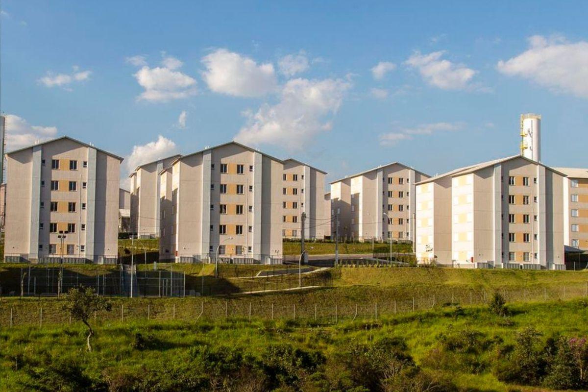 Reintegração de posse retira famílias de conjunto habitacional em SP