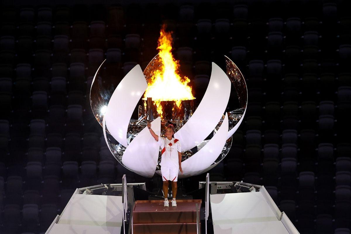 Tenista japonesa Naomi Osaka acende Pira Olímpica