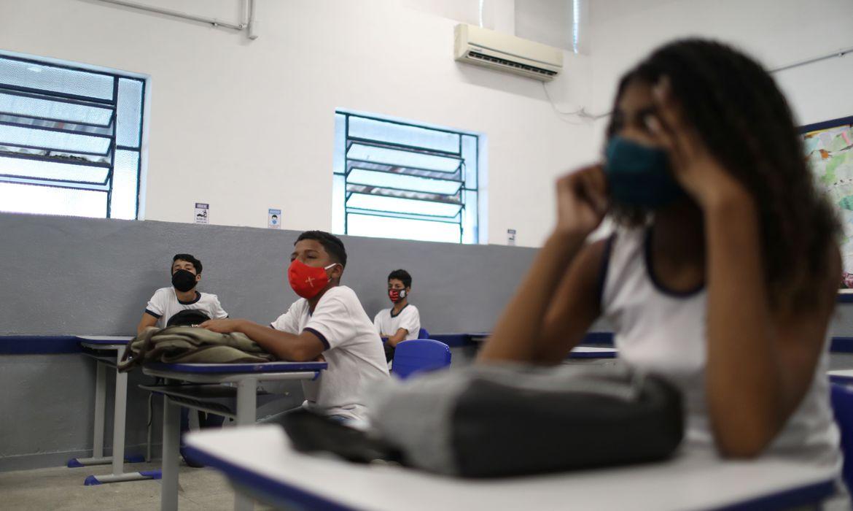 vacinar-adolescentes-torna-mais-seguro-retorno-as-aulas,-diz-fiocruz