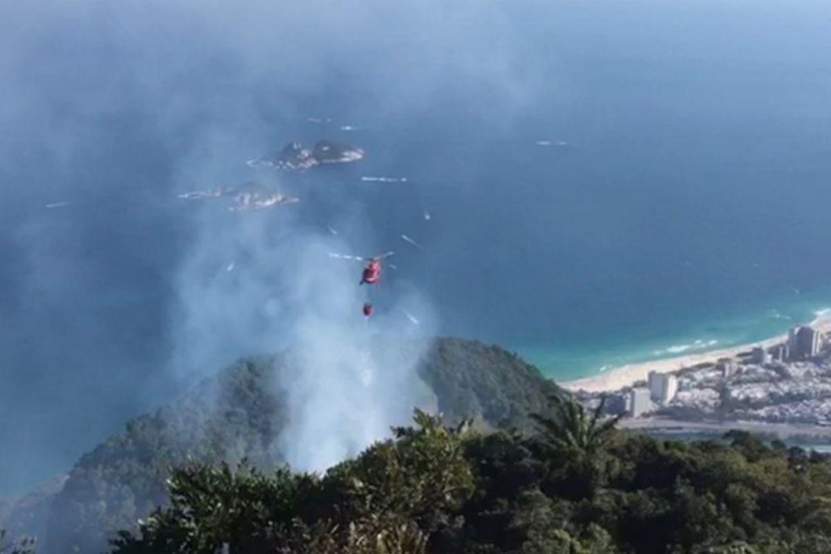 Bombeiros combatem incêndio em duas áreas da Pedra da Gávea